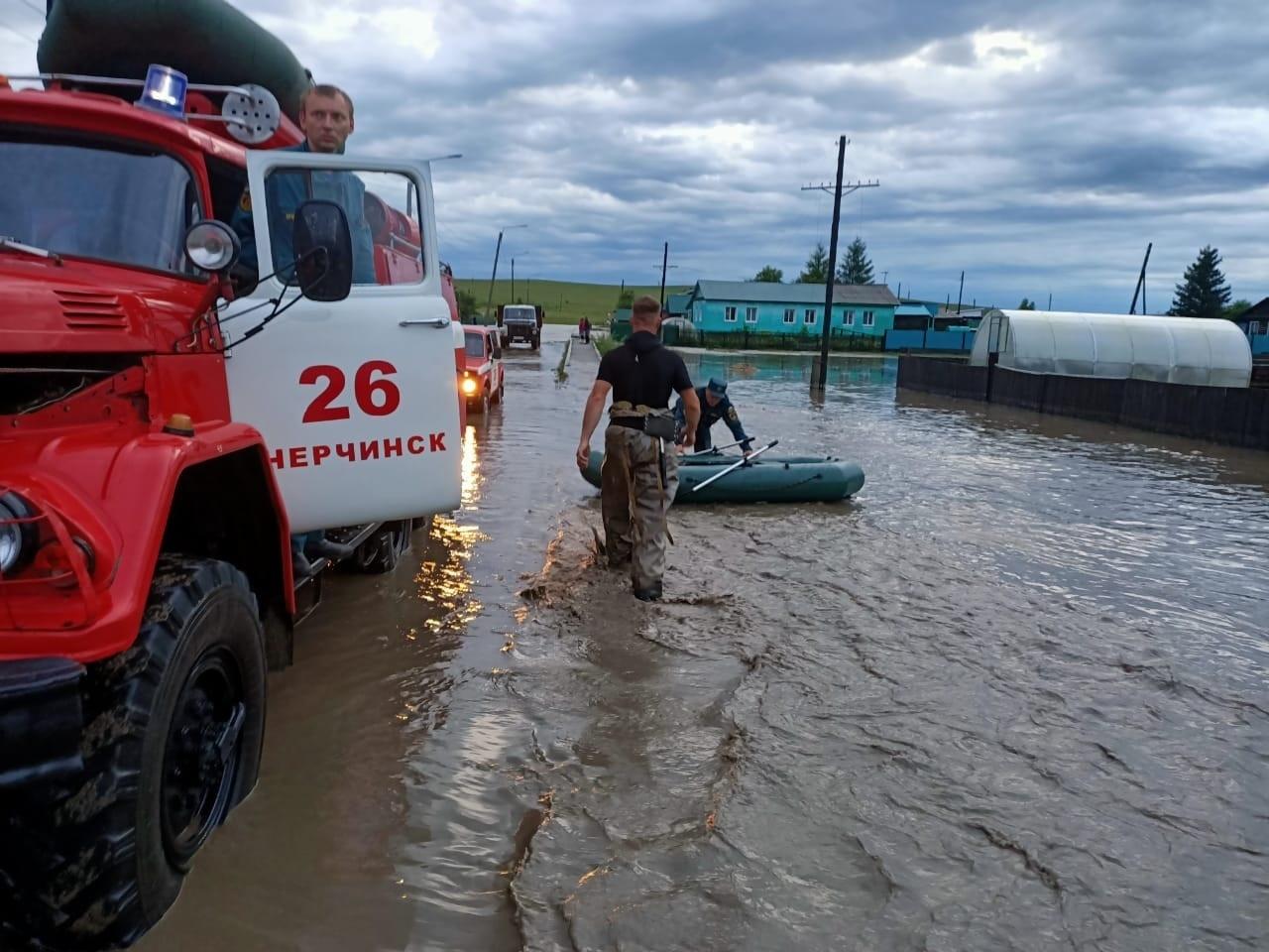 На месте подтопления в селе Заречный работают спасатели МЧС России